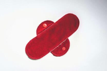Eine rote Binde aus Bio-Baumwolle, ohne Flügel