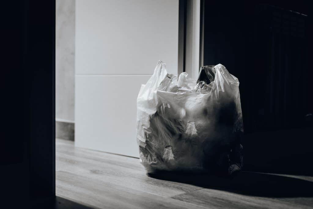 Müllbeutel in einem Hausflur