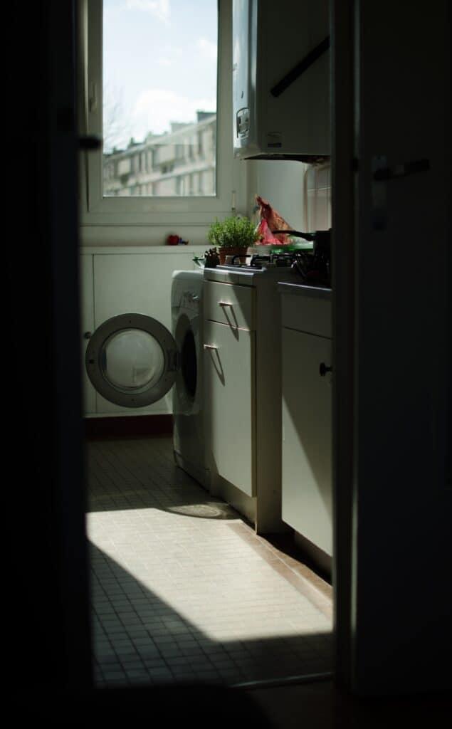 Geöffnete Waschmaschine in einer Küche