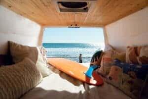 Bild eines Bus ausgebaut mit einem Bett
